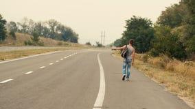 Mann, der durch Selbsthalt reist stock footage