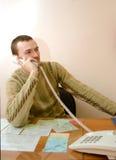 Mann, der durch Telefon spricht Stockfotos