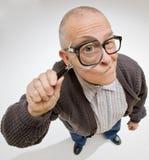 Mann, der durch Vergrößerungsglas blickt Lizenzfreies Stockbild