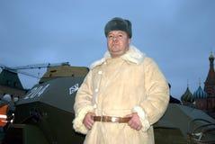 Mann in der durchdachten Militäruniform wirft für Fotos mit Besuchern der Ausstellung auf Stockbild