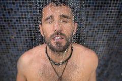 Mann in der Dusche lizenzfreie stockfotos