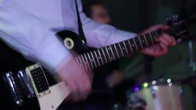 Mann, der E-Gitarre in der Kneipe spielt stock footage