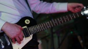 Mann, der E-Gitarre in der Kneipe spielt stock video