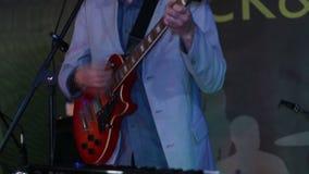 Mann, der E-Gitarre in der Kneipe spielt stock video footage