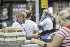Mann, der Eier in Belfast-Heiligem Georges Market verkauft lizenzfreies stockbild