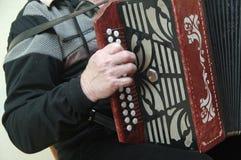 Mann, der ein Akkordeon spielt Lizenzfreie Stockbilder