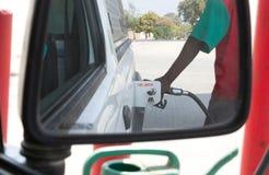 Mann, der ein Auto in Afrika tankt lizenzfreie stockbilder