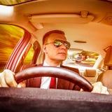 Mann, der ein Auto antreibt Lizenzfreie Stockfotografie