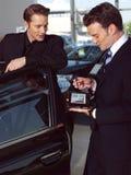 Mann, der ein Auto kauft Lizenzfreie Stockfotografie