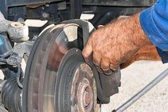 Mann, der ein Auto repariert Lizenzfreie Stockbilder