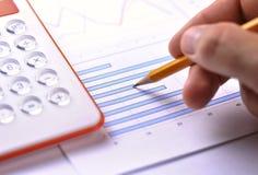 Mann, der ein Balkendiagramm analysiert Lizenzfreie Stockbilder