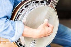 Mann, der ein Banjo spielt lizenzfreie stockfotos