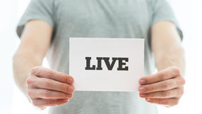Mann, der ein bedeutungsvolles Zeichen Live hält Lizenzfreie Stockbilder
