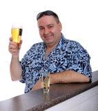 Mann, der ein Bier isst Stockfoto