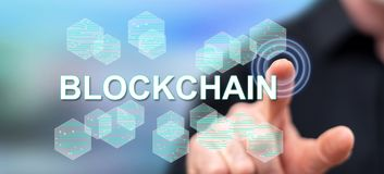 Mann, der ein blockchain Konzept berührt stockbild