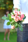 Mann, der ein Bouguet der Blumen anhält Lizenzfreie Stockfotografie