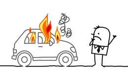 Mann, der ein brennendes Auto aufpasst Stockbilder