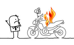 Mann, der ein brennendes Motorrad aufpasst Stockbild
