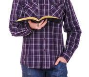 Mann, der ein Buch der heiligen Bibel hält stockfotografie