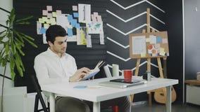 Mann, der ein Buch im Büro liest stock video