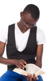 Mann, der ein Buch liest Lizenzfreies Stockfoto