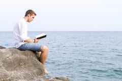 Mann, der ein Buch liest Stockfotos