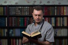 Mann, der ein Buch liest lizenzfreie stockfotografie