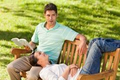 Mann, der ein Buch mit seiner Freundin liest Lizenzfreie Stockfotografie
