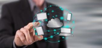 Mann, der ein Datenverarbeitungskonzept der Wolke berührt Stockfotos
