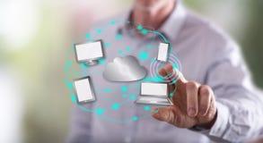 Mann, der ein Datenverarbeitungskonzept der Wolke berührt Stockbilder