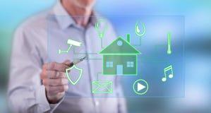 Mann, der ein digitales intelligentes Hausautomationskonzept berührt lizenzfreies stockfoto