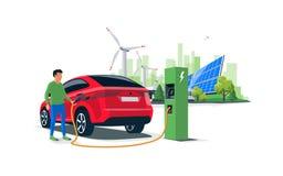 Mann, der ein Elektroauto Suv mit Sonnenkollektoren und Wind Powe auflädt stockfotografie