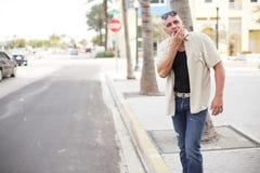 Mann, der ein Fahrerhaus hagelt Stockfotografie
