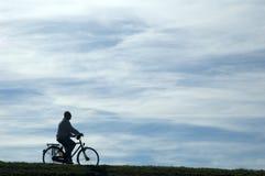 Mann, der ein Fahrrad reitet Stockbild