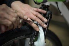 Mann, der ein Fahrrad repariert Lizenzfreies Stockbild
