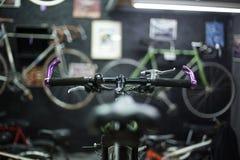 Mann, der ein Fahrrad repariert Lizenzfreies Stockfoto
