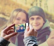 Mann, der ein Foto des glücklichen Paars macht Lizenzfreies Stockfoto