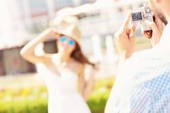 Mann, der ein Foto einer Schönheit macht Lizenzfreies Stockfoto