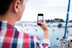 Mann, der ein Foto mit intelligentem Telefon macht Stockfotografie