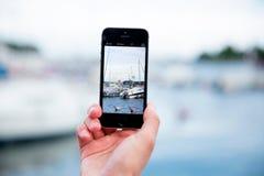 Mann, der ein Foto mit intelligentem Telefon macht Stockbilder