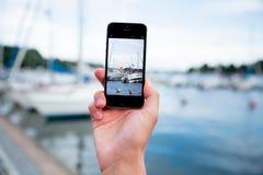 Mann, der ein Foto mit intelligentem Telefon macht Lizenzfreie Stockfotografie