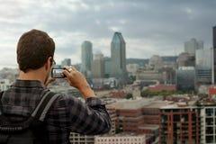 Mann, der ein Foto von im Stadtzentrum gelegenem Montreal macht Lizenzfreie Stockfotografie