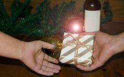 Mann, der ein Geschenk nur zu den Händen einer Frau, Weihnachts- oder des neuen Jahreskonzept gifing ist stockbild