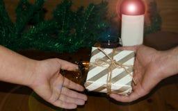 Mann, der ein Geschenk nur zu den Händen einer Frau, Weihnachts- oder des neuen Jahreskonzept gifing ist lizenzfreie stockfotos