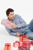 Mann, der ein Geschenk wählt Lizenzfreie Stockfotos