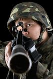 Mann, der ein Gewehr zeigt Lizenzfreies Stockbild