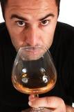 Mann, der ein Glas Whisky riecht Lizenzfreies Stockbild