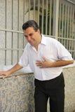 Mann, der ein Herzinfarktverbiegen hat Stockbilder