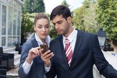 Mann, der ein intelligentes Telefon auf der Straße verwendet Lizenzfreie Stockbilder