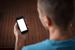 Mann, der ein intelligentes Telefon mit leerem Bildschirm hält Stockbild